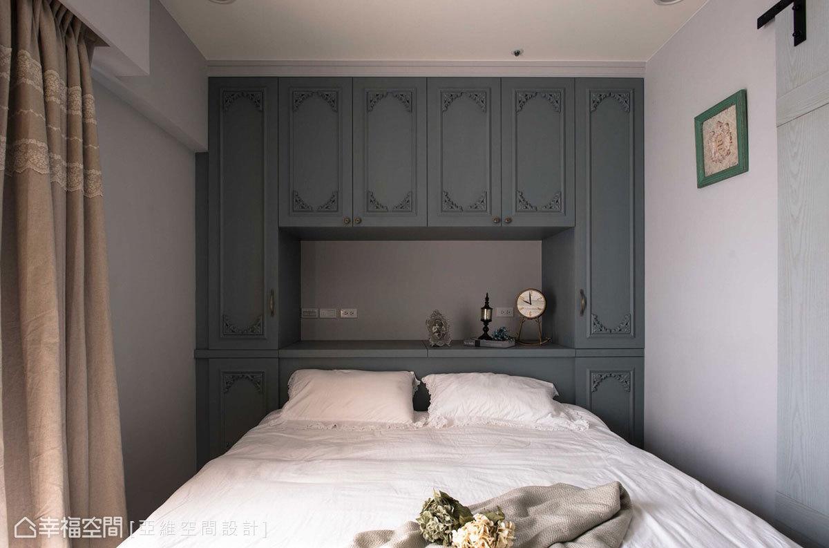 床頭規劃口字型收納櫃,讓床鋪避開樑下空間;採用上掀式設計的床頭櫃,可以儲藏棉被使用上相當方便。