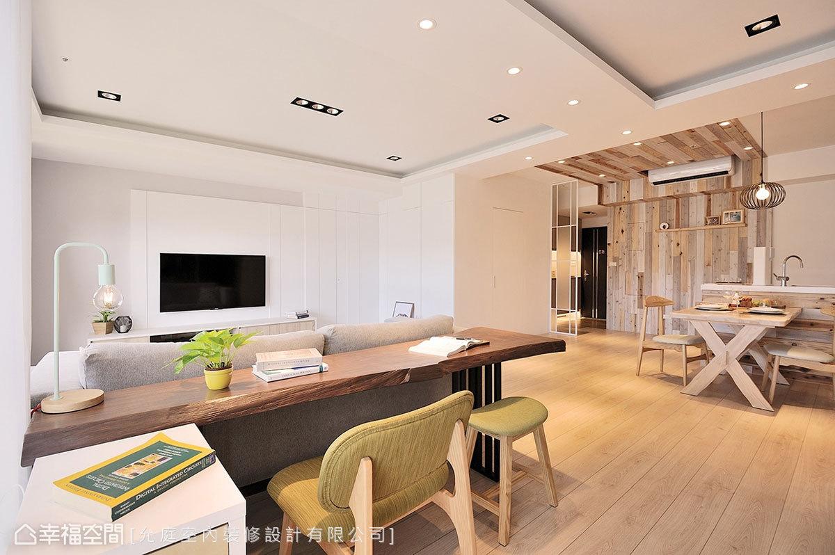 寬敞的公共空間沒有多餘隔間,僅以家具配置界定場域;允庭設計另在電視牆右側規劃儲藏間,滿足屋主的收納需求。