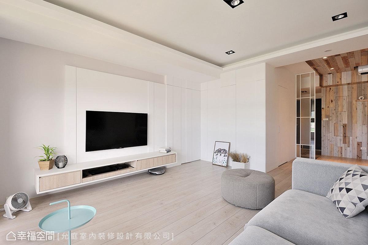透過淺灰與白的微跳色、吊抽的門片木紋,以及立體的線條造型,讓電視牆表現不過於花俏又不單調。