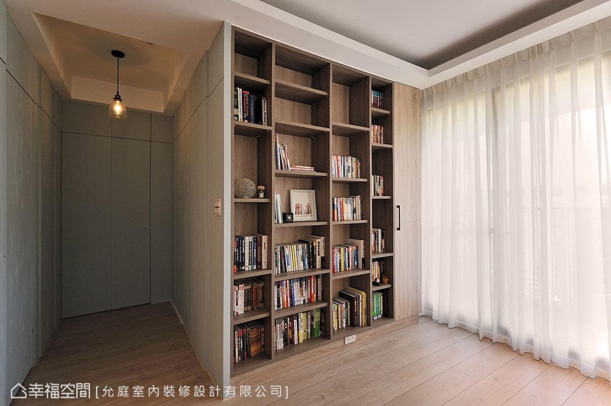通往私領域的廊道空間,以刷色手法突出木紋肌理,同時巧妙隱藏門片位置,讓廊道化為一處絕佳展區。