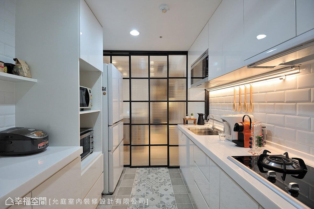 廚房以純白色系打底,搭配西班牙白色磚牆與花磚地坪,讓純色中多了些層次變化。