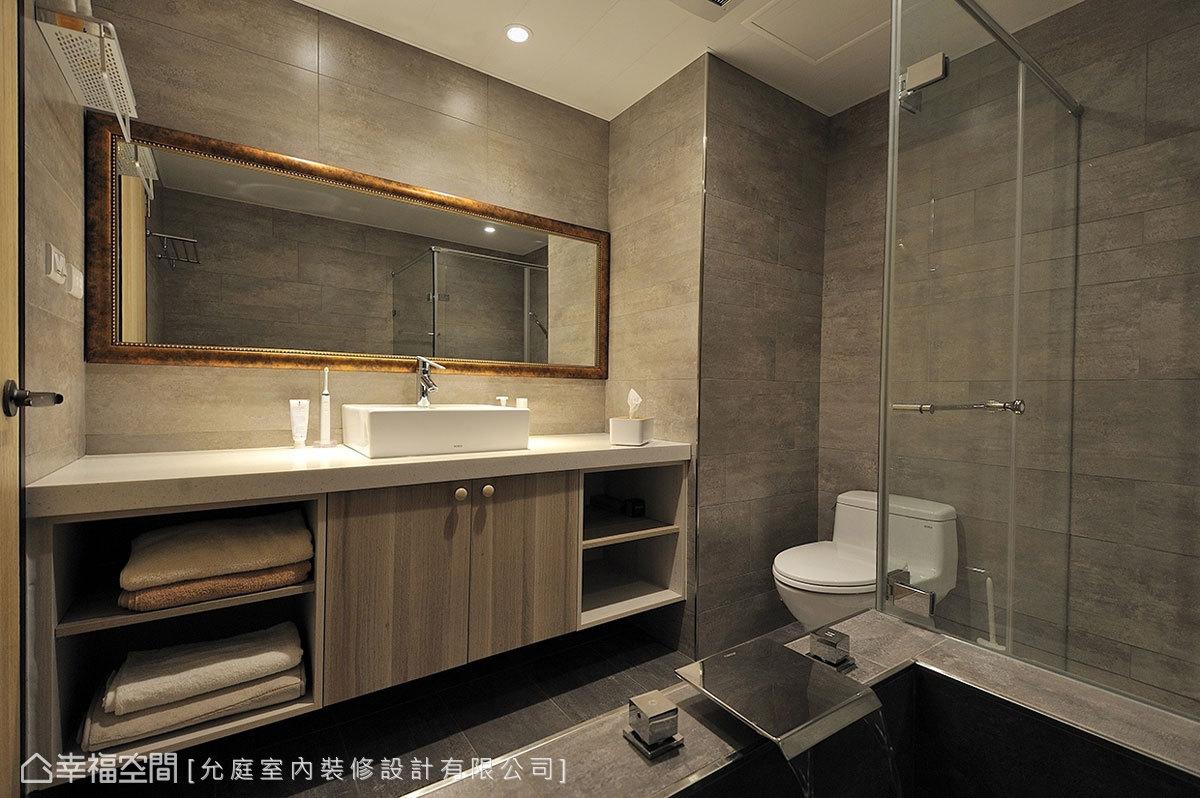 原需經更衣室才能進入的主臥衛浴,透過門片位置的調整讓動線更順暢,內部也重新貼磚並規劃大面洗手台,給予屋主更高品質的衛浴時光。
