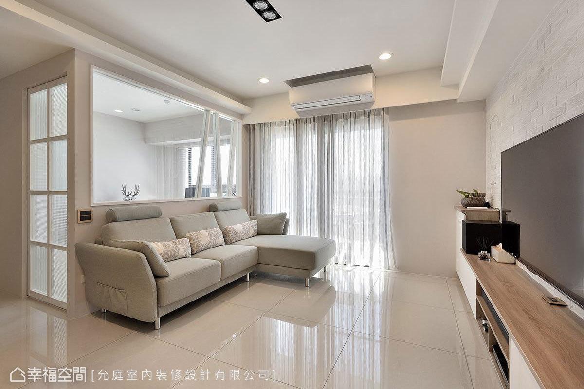 淡雅的奶茶色取代白牆,為客廳挹注中性沉穩感受,搭配湖水藍色系的沙發,使客廳增添生氣也更顯清爽。