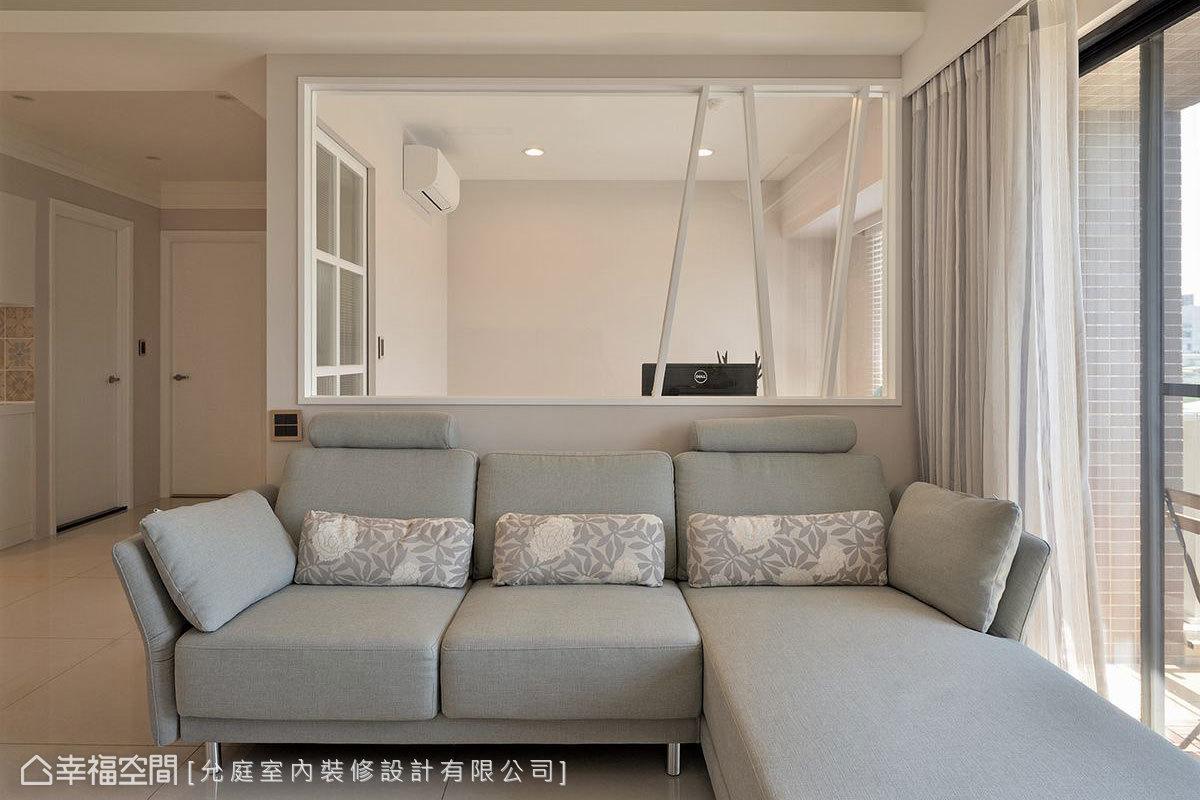 沙發背牆上方改以玻璃隔間,通透設計有效放大空間視覺,更加入線條勾勒些許俐落氛圍。