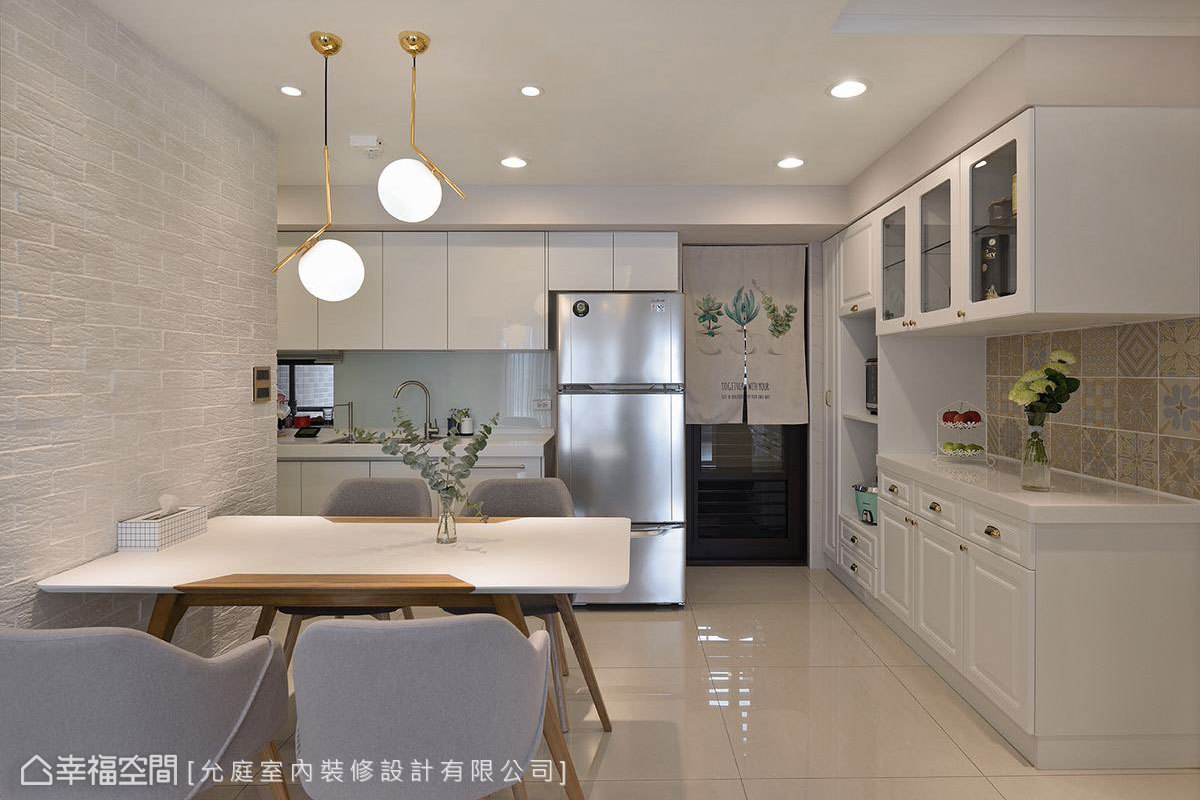 餐廚區以白色為主調,並設置大量櫃體滿足收納需求,線板造型門片則豐富整體視覺層次。