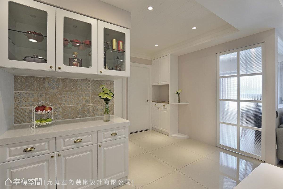 不僅利用文化石營造法式風格,上下餐櫃間的壁面更拼貼女屋主喜愛的花磚,增添鄉村風的質樸感。