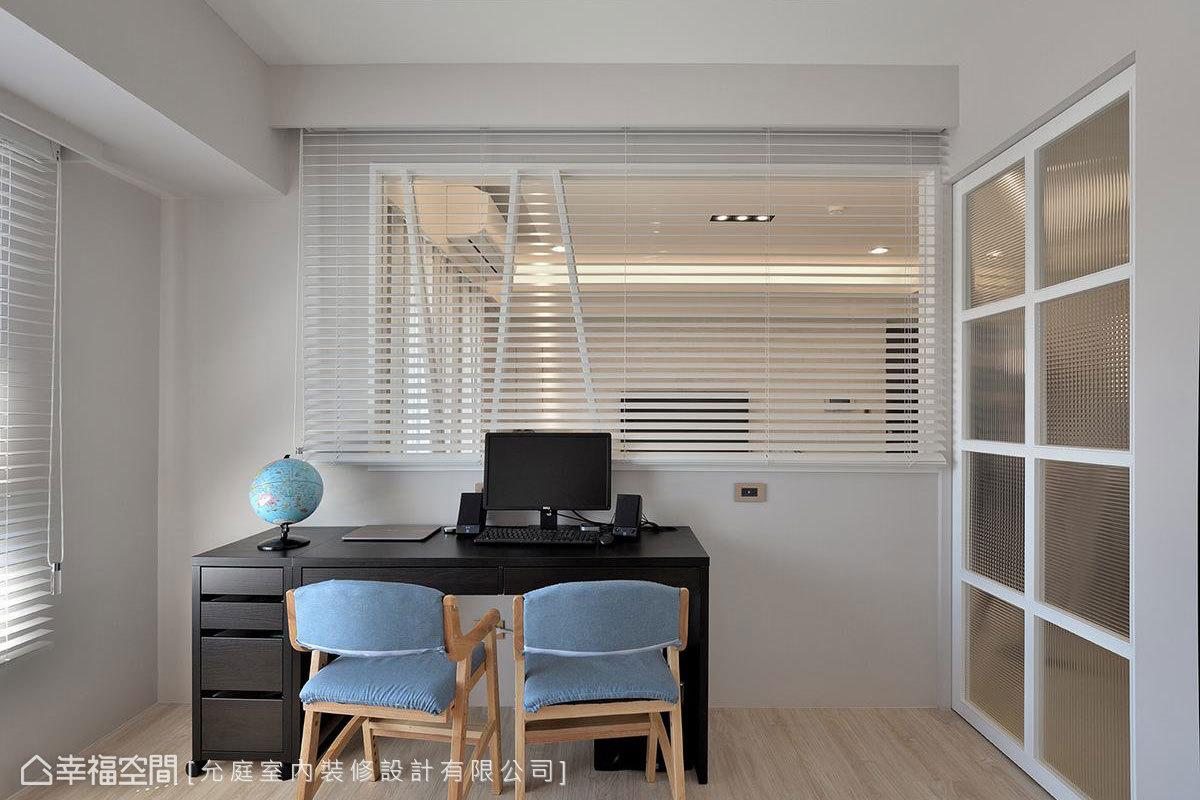 以玻璃格狀拉門搭配木地板,圍塑愜意的閱讀氛圍,大面玻璃的設置也使書房內能方便注意家中狀況。