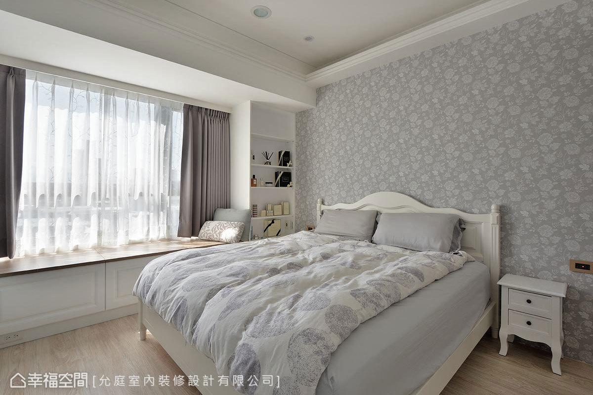 主臥房以碎花壁紙鋪敘床頭牆面,並於天花勾勒線板造型,在日光及間接燈光映照下,更能感受甜蜜鄉村風格。