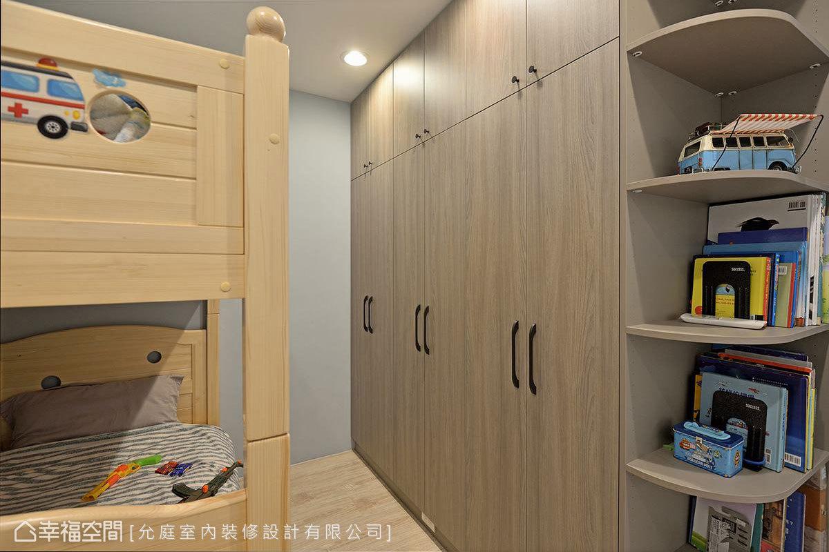 兒童房內設置大量收納櫃,並貼心規劃弧形導角層板櫃,為孩童安全嚴格把關。