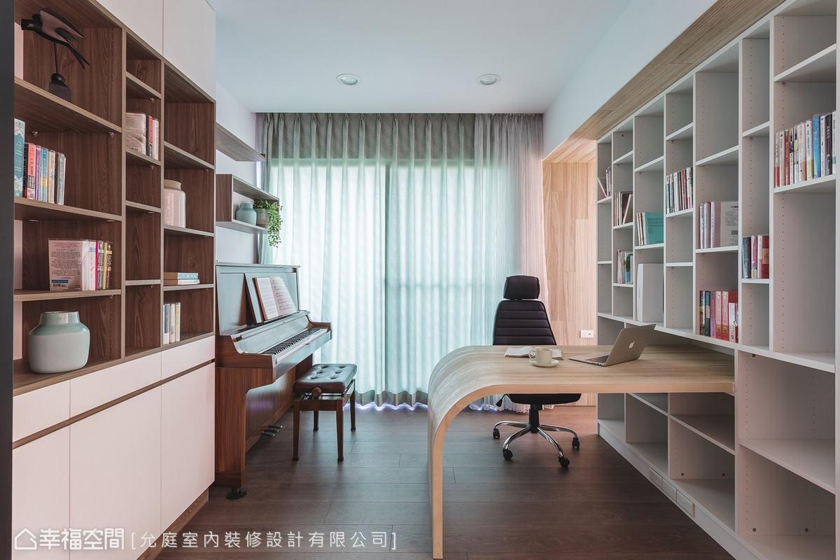 精準的尺寸規劃才能發揮書房的功能。從雙面系統櫃中延伸出的弧形訂製木書桌,整合設計有效節省空間。