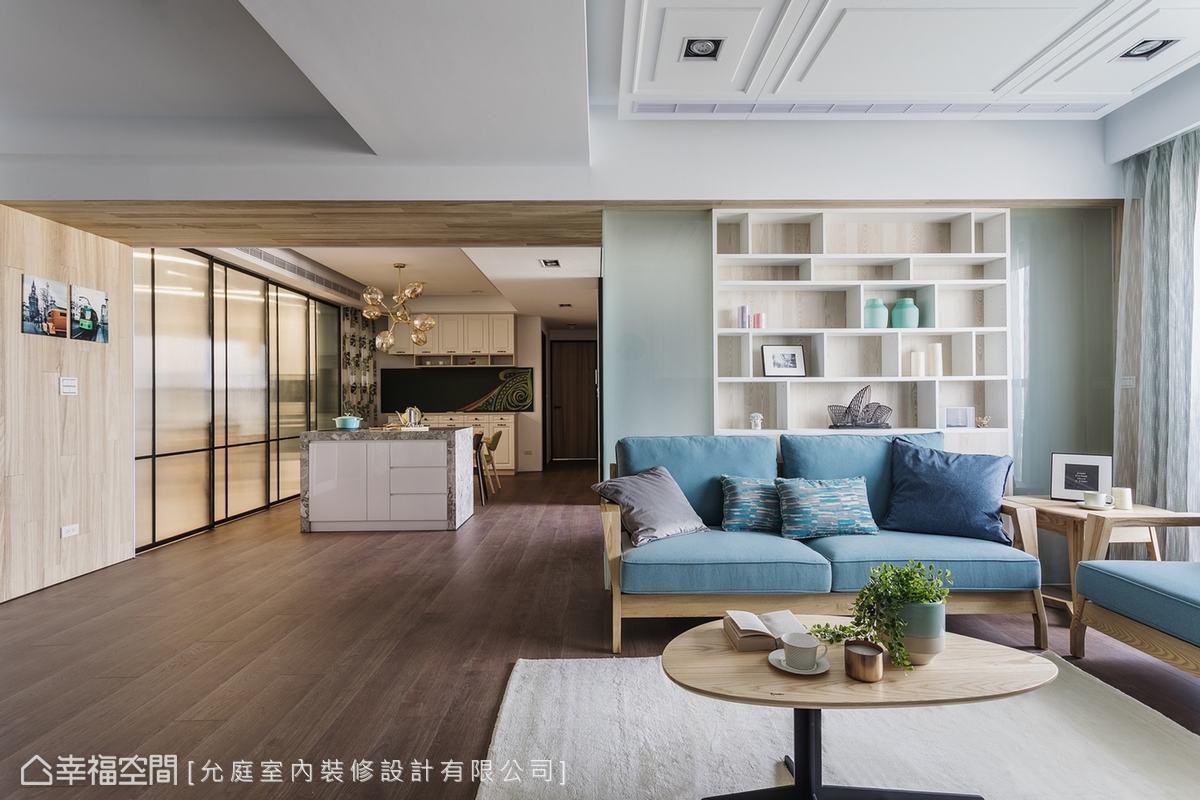 允庭設計劃分場域的手法十分巧妙,從牆面到天花板,木皮以ㄇ字型包覆橫樑,淺木的溫潤親切地帶領家人進入餐廚空間。