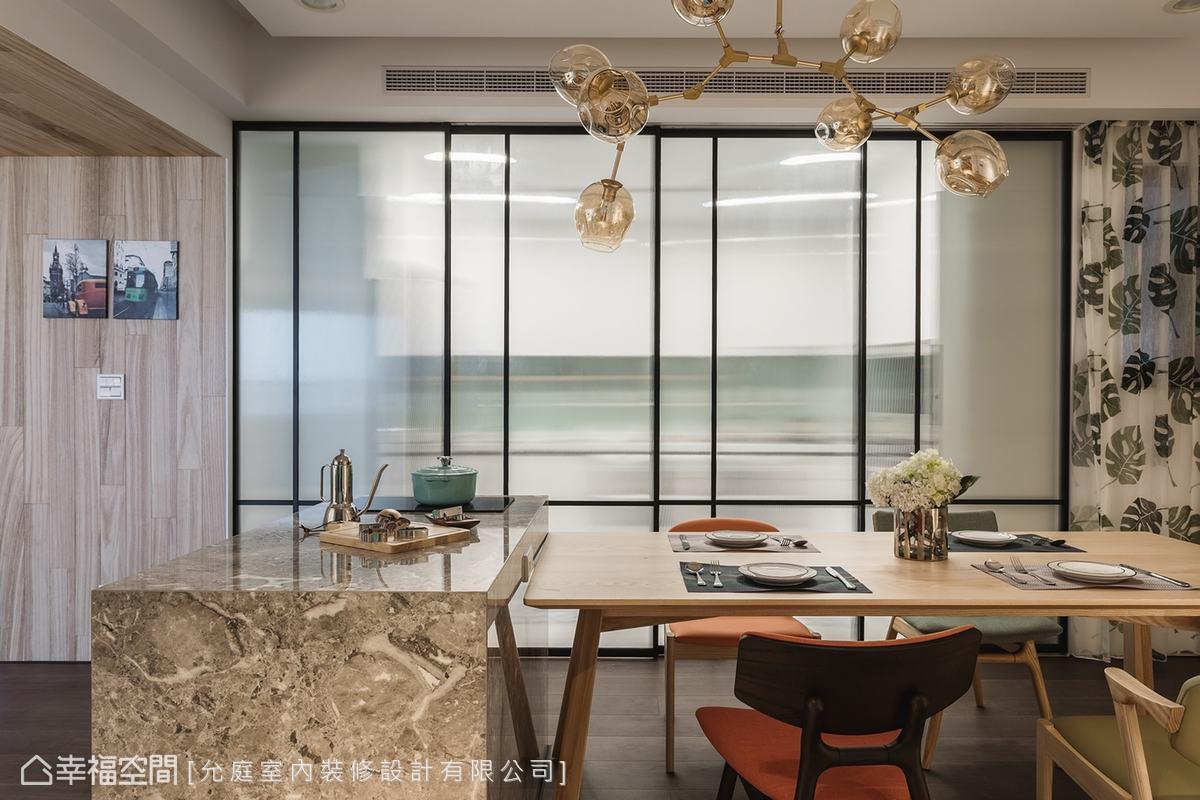長輩擅長的台式料理在烹調時不免產生油煙,利用French Door形式的滑門保持視線穿透又能阻絕油煙,公共空間配置同花色窗簾可以靈活運用,讓空間作多樣性的運用。