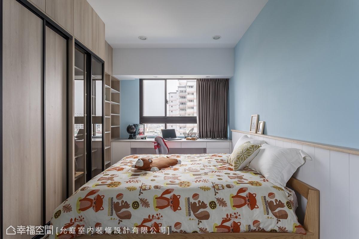 相較於公共區域的淡雅,私人寢室就多了些色彩。天藍的牆面詮釋難孩子的活力,並利用結構樑的深度配置等寬書桌,化空間缺陷為住宅優點。