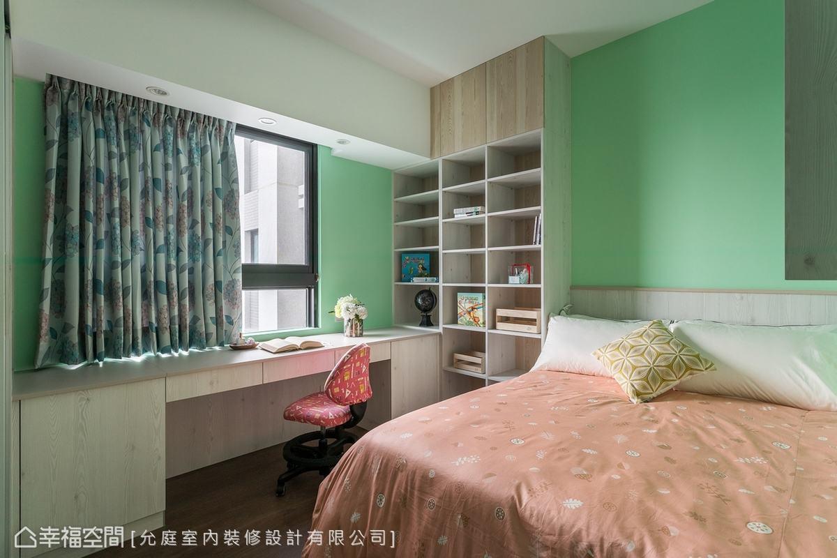 女兒的臥房雖然不大,但因為粉嫩綠色讓空間變得清新;另外專屬女兒的畫室特別針對繪圖需求,訂製能完整容納稿紙的書桌,打造女孩揮灑藝術的天地。