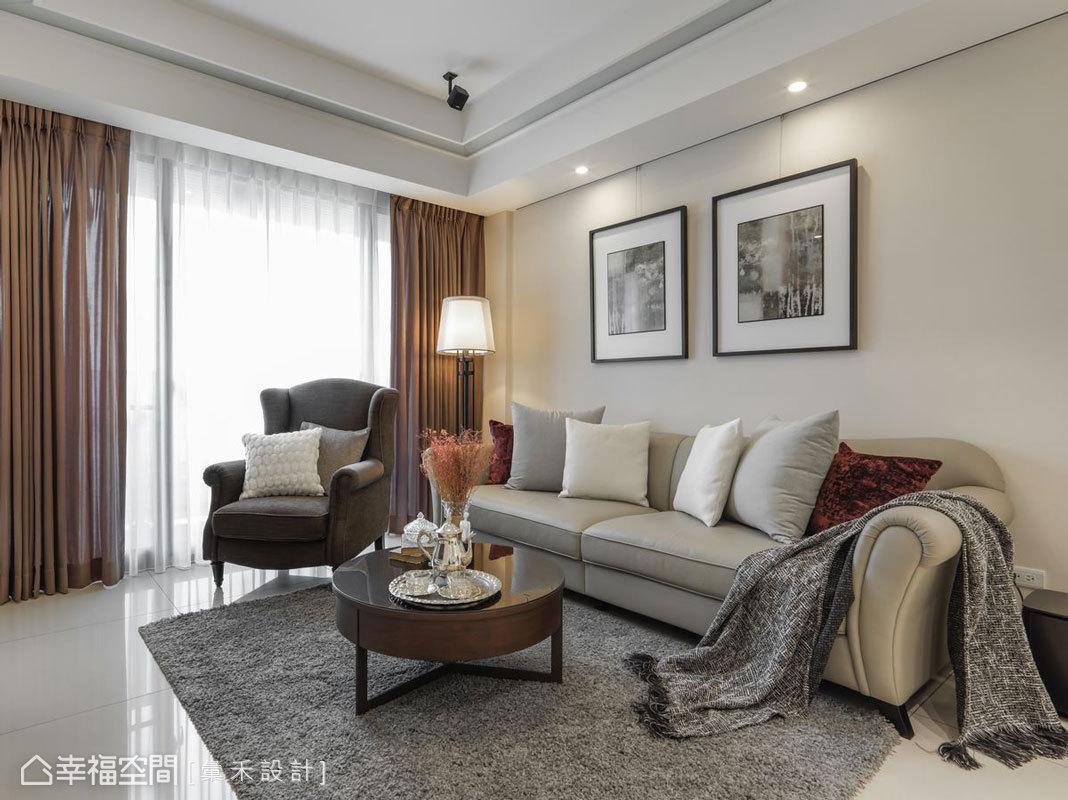 沒有過於複雜的裝飾,僅以略帶弧線的沙發點綴些許古典感受,搭配俐落簡約的桌几,綜合出簡單大方的情調。