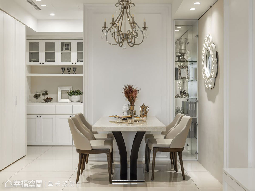 入門櫃體的另一側用以作為餐廳端景牆,一旁則設置玻璃展示櫃,滿足收納及美觀機能。