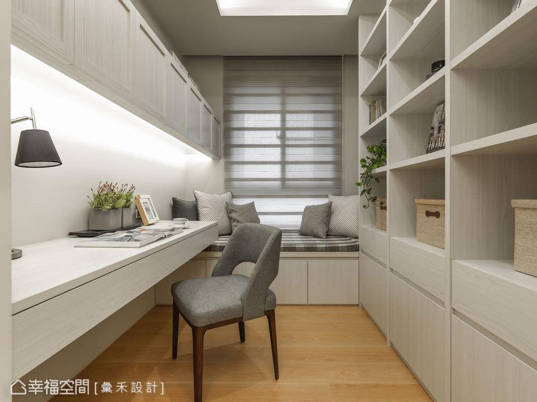 不僅書房後方規劃一整面的櫃體,彙禾設計也設置窗邊臥榻,提供放鬆讀書之處,也增加收納空間。