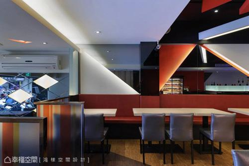 用菱格鏡裝飾入口牆面,穿插空格混搭燈箱質感,開門見山傳達風格的時尚定義。