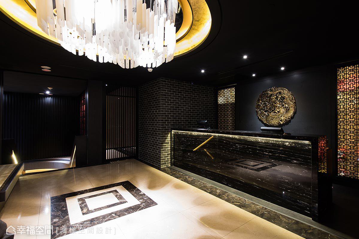 運用格柵和窗花元素,圍塑出宮廷建築意象,櫃台後方的牆面鑲嵌象徵中國帝王的金龍圖騰,讓賓客擁有至高無上的尊榮感。