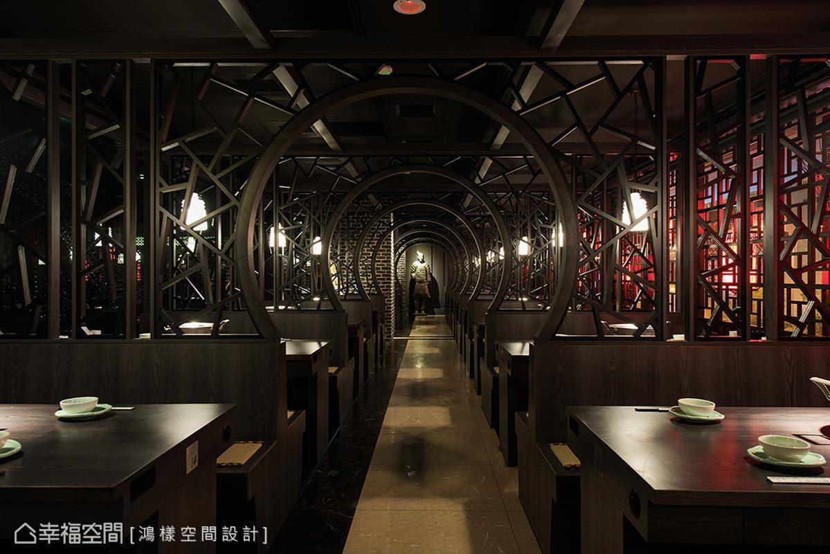 以雕花窗櫺做為隔間,結合圓拱造型架構出延續性的拱門廊道,結合盡頭擺設大型兵馬俑人像帶來端景意象。