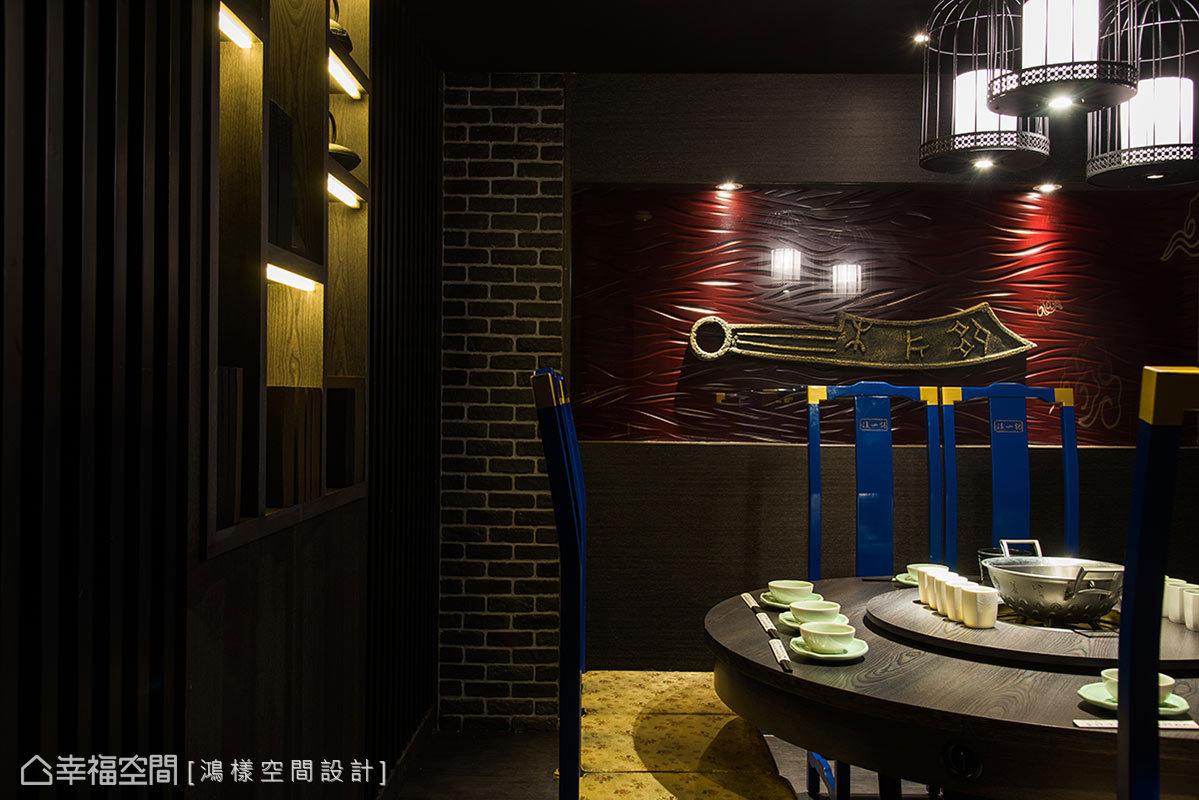 鴻樣空間設計規劃許多展示機能,藉由陳列古代文物,搭配客製化的燈飾,創造出端景效果。