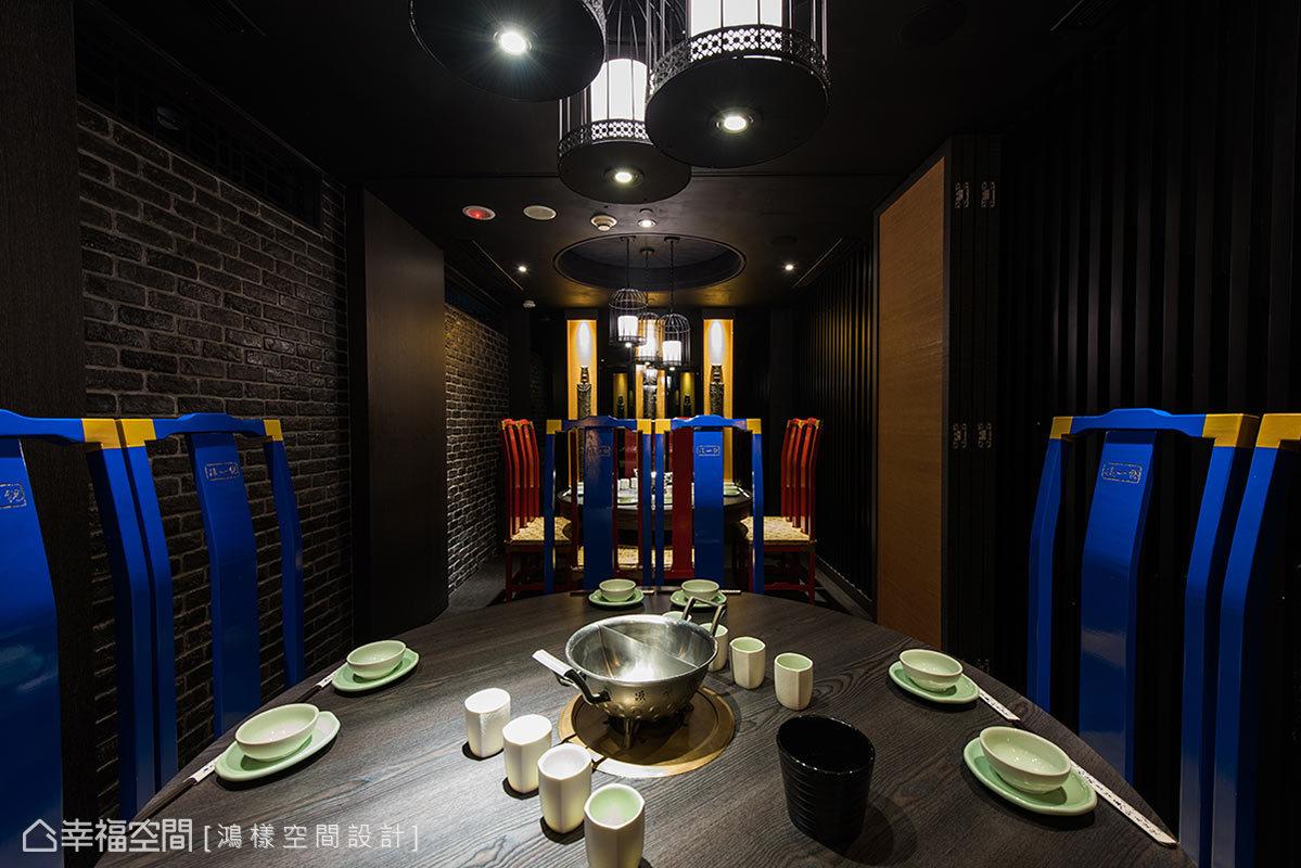 透過古畫摺門的開闔,讓空間可依照客人訂位的人數做彈性的隔間配置。