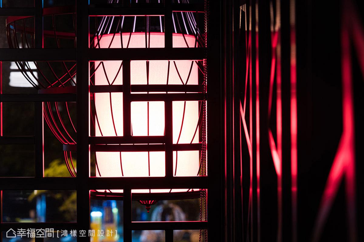 為呈現出中式宮廷的情境,也從空間內的燈光設計著手,燈飾採特別訂製,營造出如燭火般的搖曳燈光。