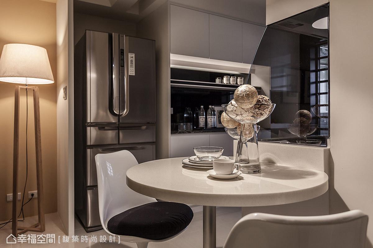 緊鄰廚房規劃的圓形餐桌,不僅充分運用過道動線,長達九十公分的桌面直徑,一家四口在此共聚也很充裕。