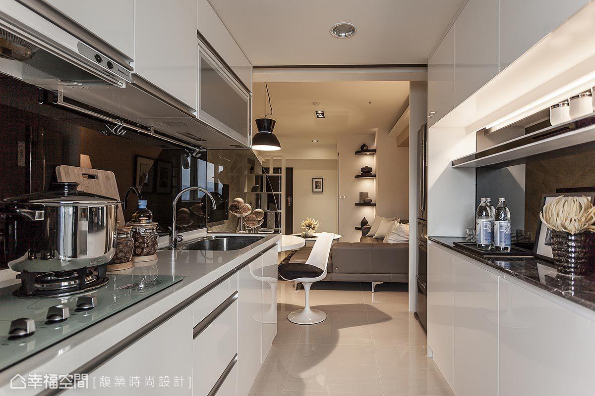 白色廚具、黑色牆面的設計,以黑白語彙增添時尚俐落感,並增添空間視覺的延伸性。