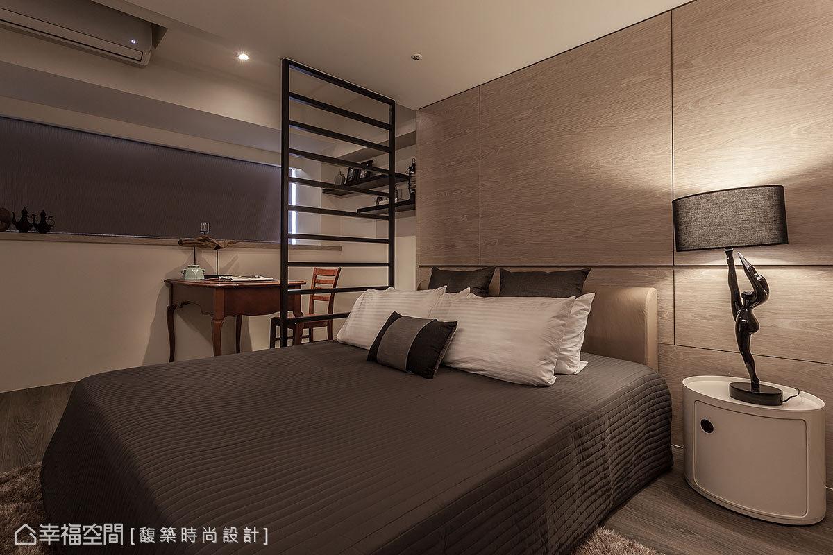 以木作規劃的床頭牆面,實則隱藏結構柱體,以及大容量的收納空間。