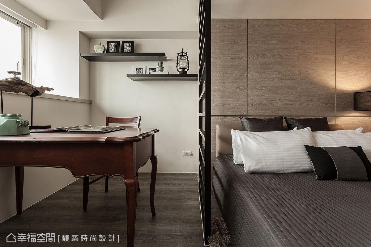 位於窗邊的書房區,馥築設計以木作與鐵件分界出空間獨立性。