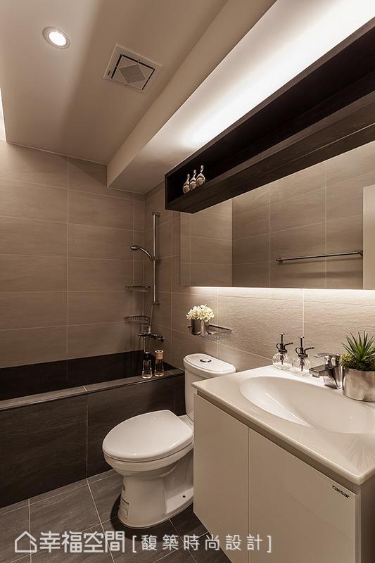 暗藏於櫃體上方的光帶設計,修飾零碎繁複的樑體線條,使空間更形放大。