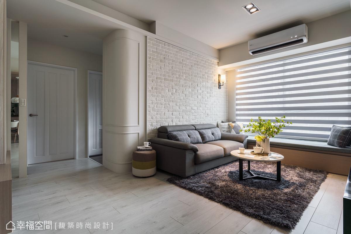 入門後首先進入客廳區,在沙發背牆設置米白色文化石,營造休閒的美式鄉村風,側邊混搭獨特的弧形線板造型,戲劇性對比出細緻與粗獷風格。