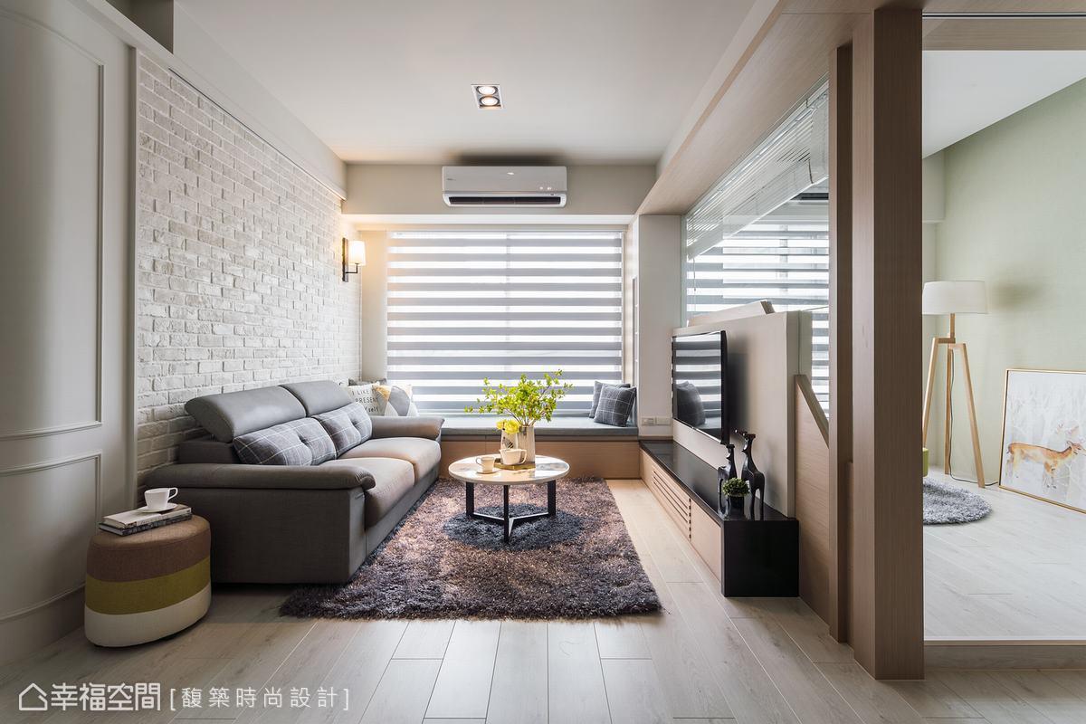 為小坪數公寓打造寬闊空間感,馥築時尚設計在客廳與多功能房中介的電視牆設置L型玻璃介面,提升視覺穿透力,也讓兩端底牆的文化石和淡綠色壁紙相映成趣。