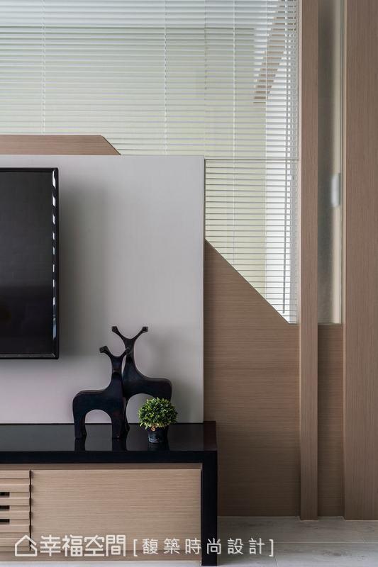 電視牆一角有直角、斜切面的豐富線條感,與木材、玻璃的多元材質呈現,玻璃介面有助位於兩個房間的家人相互溝通,提升空間趣味性。