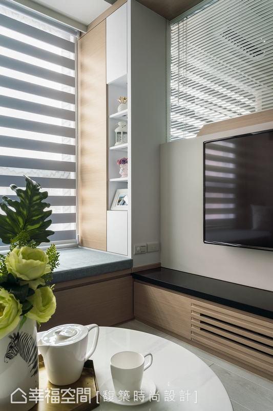 臥榻區善用畸零角落建立收納展示櫃體,連結下方的電視機矮櫃,增加儲藏機能外,亦能展示屋主的收藏品,變化空間表情。