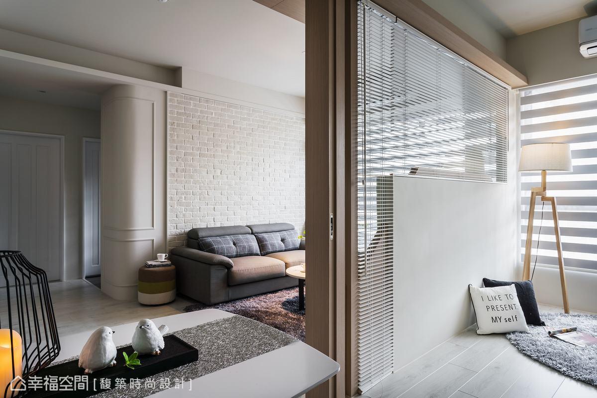 客廳毗鄰的多功能房可當書房或獨立客房、日後的孩子房使用,只要拉上百葉窗與門片就能靈活控制房間的隱密性,開放時保有公共空間的舒適廣闊度。