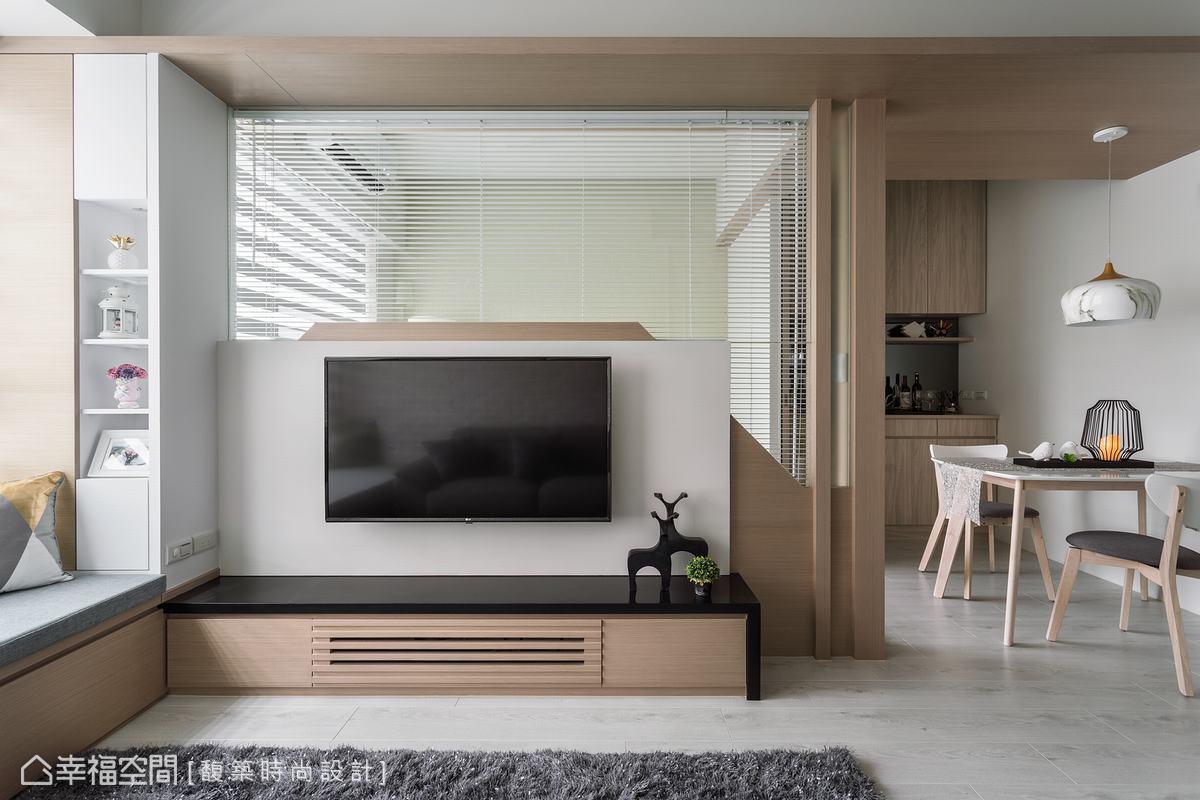 客廳與餐廳雖沒有實體牆面區隔,也能透過空間轉折建立鮮明的格局感,以家具定義空間機能,在小坪數空間保有健全的區塊感,麻雀雖小五臟俱全。