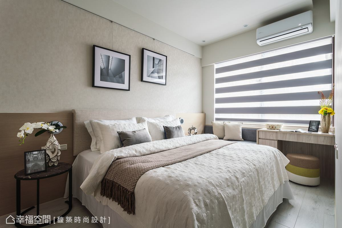 房間延續整體設計語彙,以紓壓的大地色為基調,床頭懸掛兩幅攝影,不對稱的設置手法能提升設計感,植物花藝增添臥房的浪漫情調。