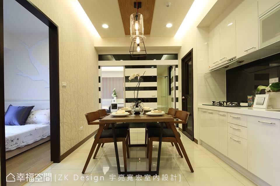 以黑白相間的烤漆牆面提升視覺層次感,並巧妙與客廳沙發背牆的藝術畫作相互呼應。