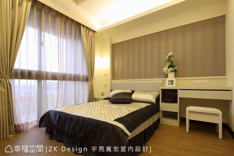周烜至設計師以內斂沉穩的色調鋪陳寧靜舒適的休憩氛圍,局部搭配條紋壁紙展現豐富的立面層次。
