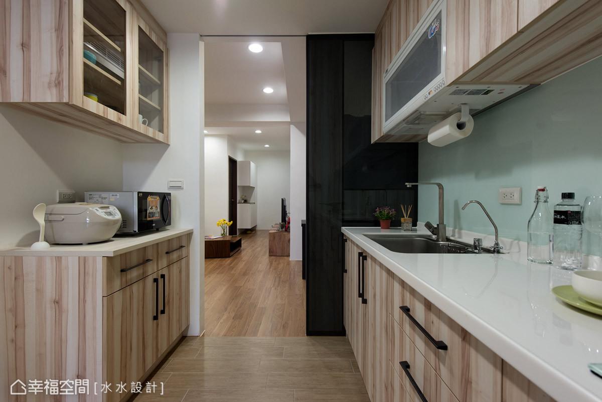廚房望向客廳