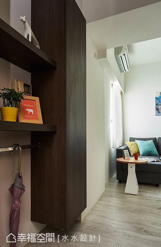水水設計以展示層板與鞋櫃界定玄關空間,並貼心規劃可吊掛雨傘的實用機能。