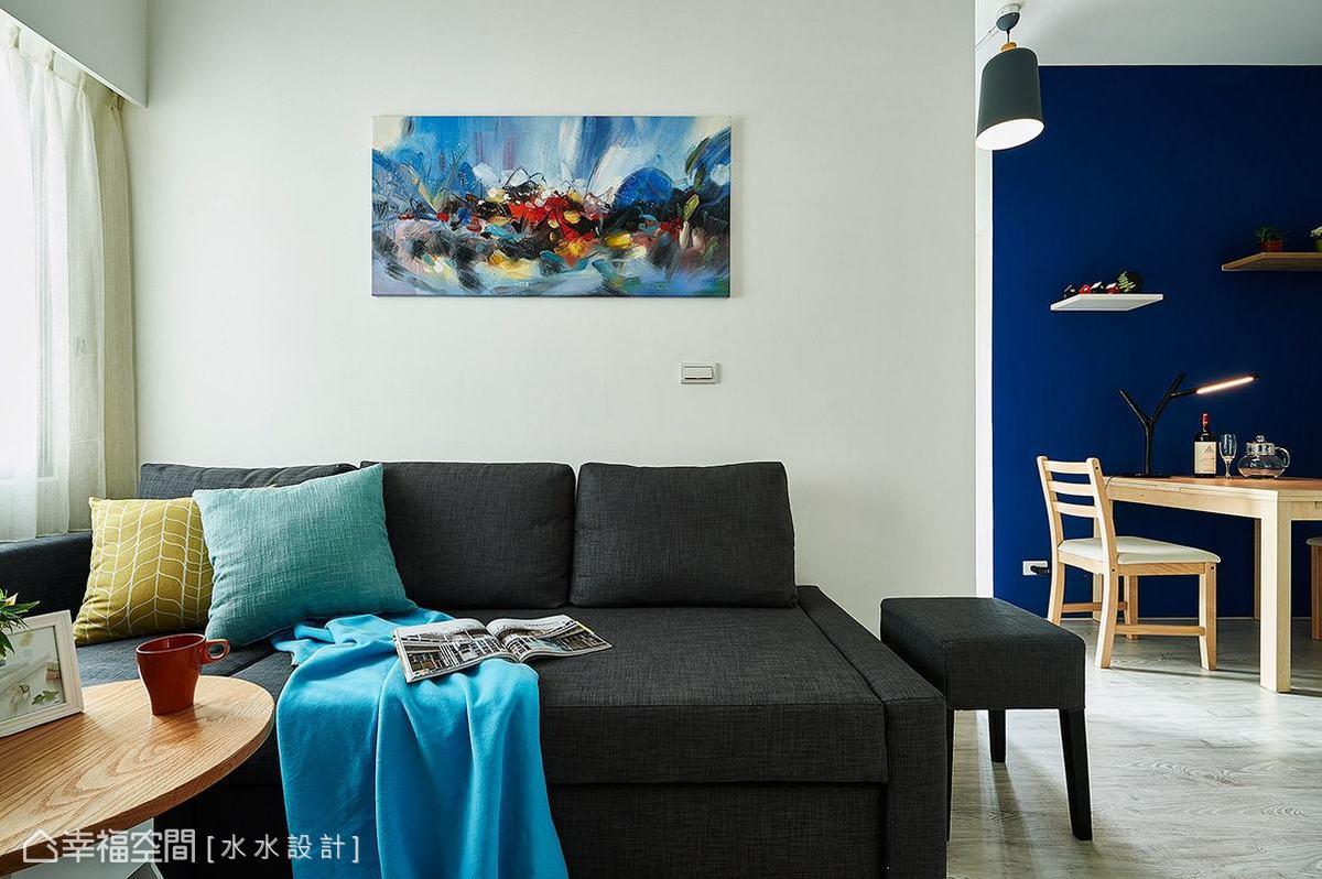 在不影響動線的前提之下,賴子涵與謝子承設計師將沙發背牆延長60公分,解決原先牆面過短,視線無法與電視主牆平行的問題。