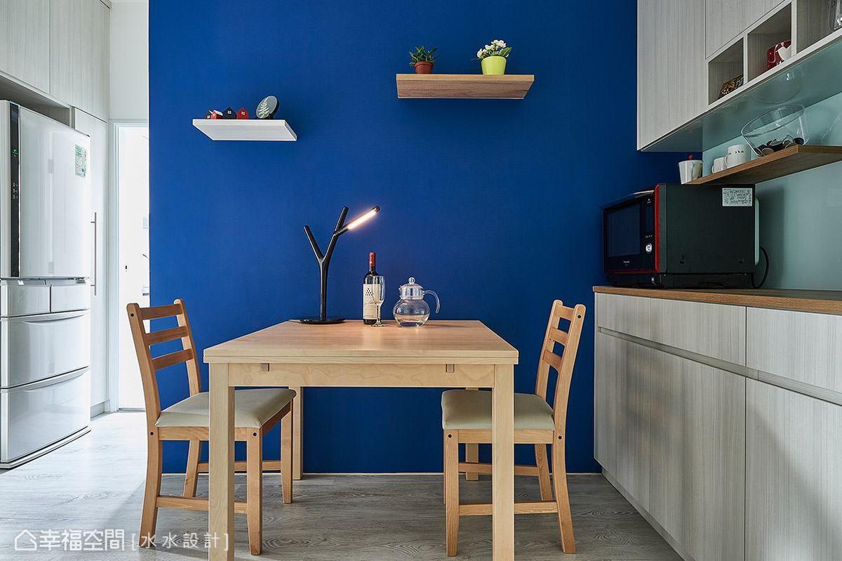 大膽選用鮮明的深藍色鋪陳立面表情,搭配簡約樸實的木質桌椅,營造自然活潑的北歐風情。