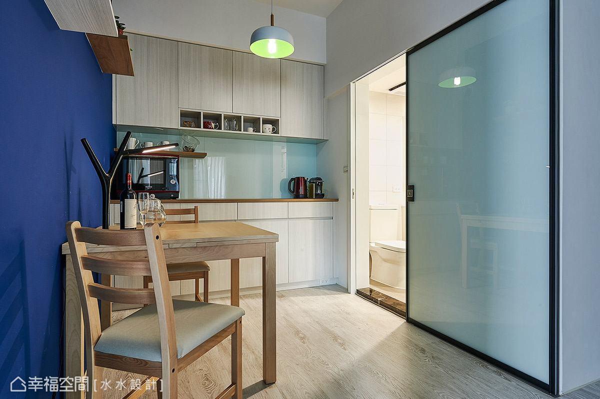 特別以加大的鋁框拉門作為門片,關闔時可完全隱藏衛浴的入口動線。
