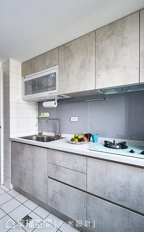 考量屋主預算有限,保留廚房的地磚、壁磚與廚具,透過系統板材的運用,重新賦予舊廚具新風貌。