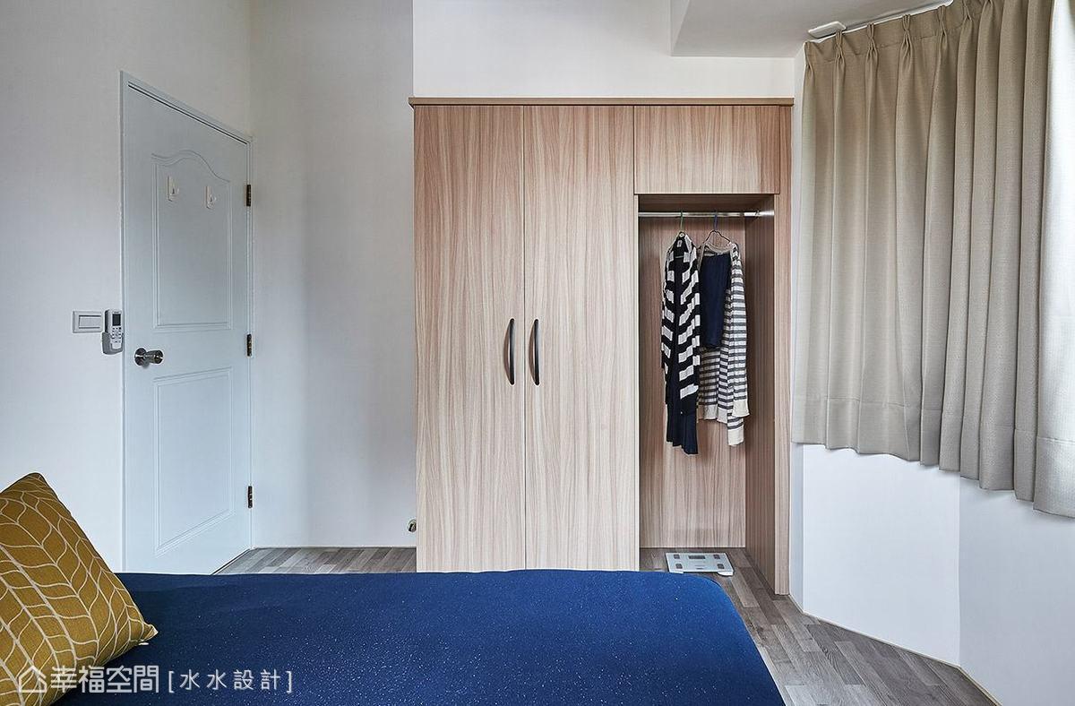 除了基本的衣櫃配置,水水設計特別保留局部區塊加設掛衣桿,作為臨時吊掛衣物的便利機能。