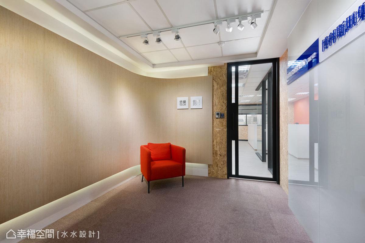 以木皮和OSB板鋪陳溫潤的質感,帶有弧線的壁面內設置間接燈光,充分展現迎賓氣勢。