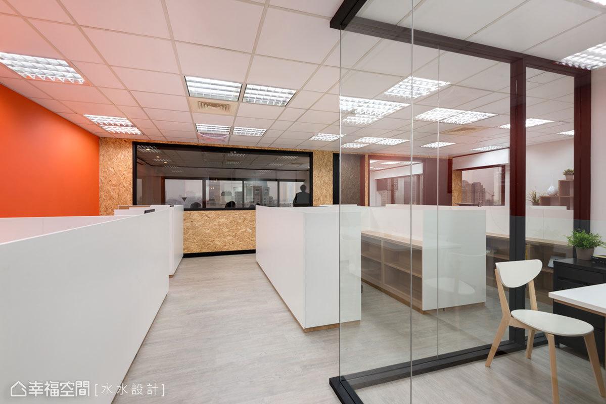 空間透過格局的重新配置,不僅可容納數十名員工,還形成開闊流暢的行走動線。